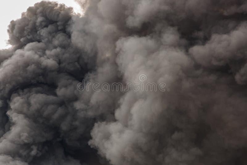 Fumo scuro e denso impressionante da un fuoco fotografia stock libera da diritti