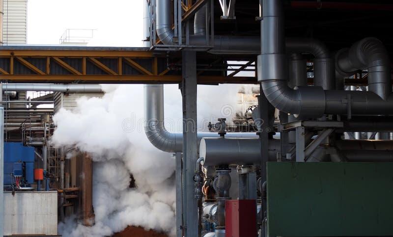 Fumo, vapor, tubulações, tubos e válvulas em uma fábrica imagens de stock