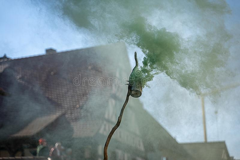 Fumo verde em um evento do carnaval foto de stock