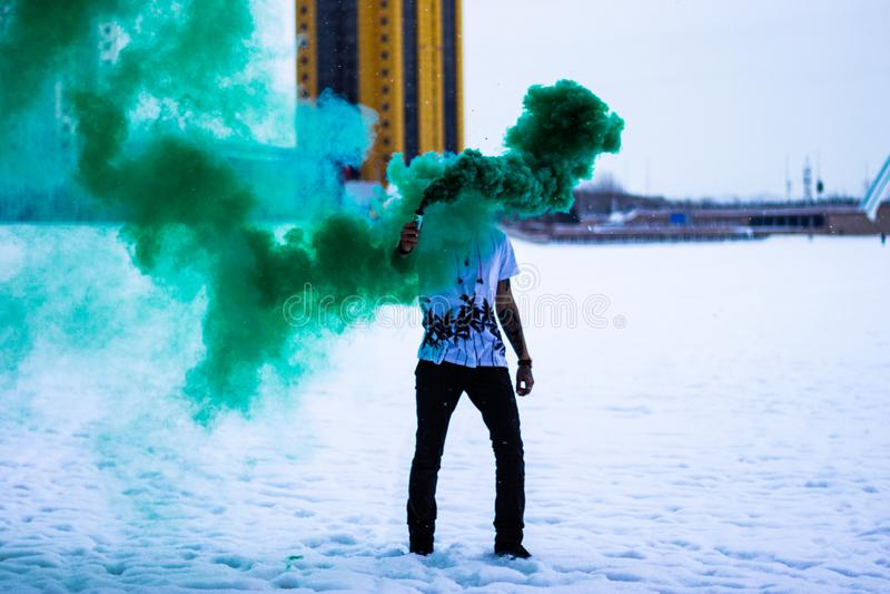 Fumo verde nell'inverno fotografie stock libere da diritti