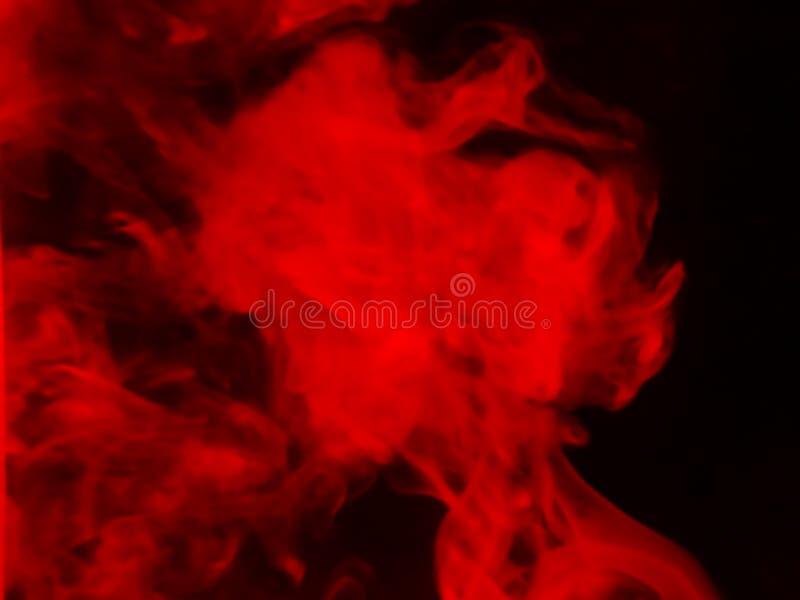 Fumo vermelho fundo preto isolado N?voa abstrata da n?voa do fumo em um fundo preto Textura imagens de stock royalty free