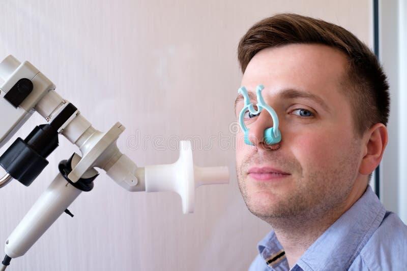 Função de respiração dos testes do homem novo pelo spirometry imagens de stock royalty free