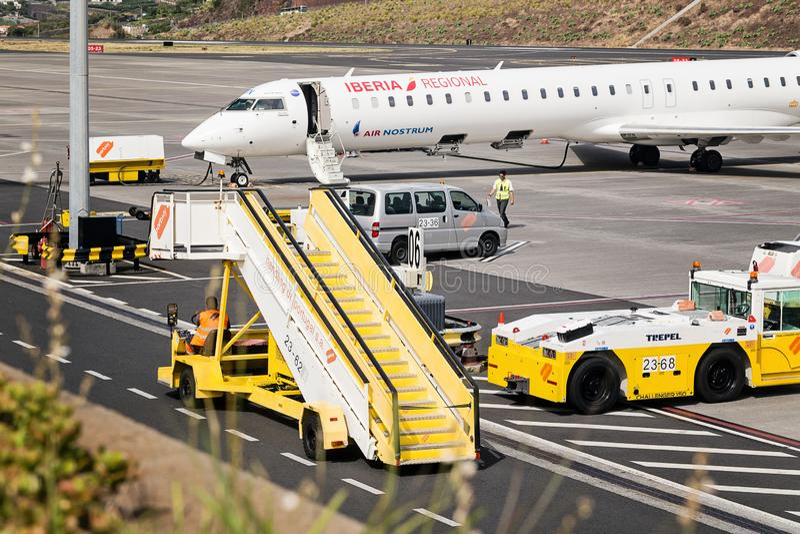 Funchal, Madère - 4 août 2018 : Travailleurs d'équipement et d'aéroport sur l'aérodrome images stock