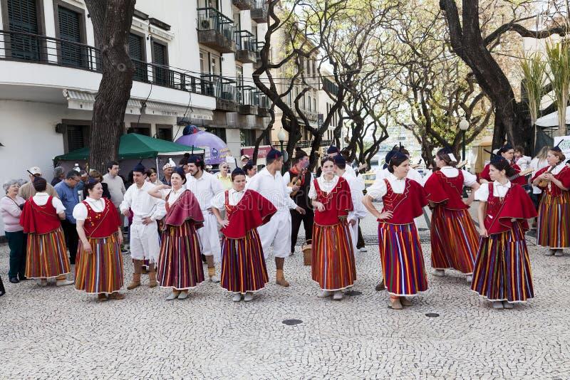 Funchal, Madère - 20 avril 2015 : Interprètes avec les costumes colorés et élaborés participant au défilé du festival de fleur de photographie stock libre de droits