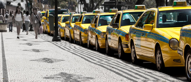 FUNCHAL, MADÈRE - 15 JUIN 2011 : Les taxis alignent attendant des clients sur la rue de Funchal images stock