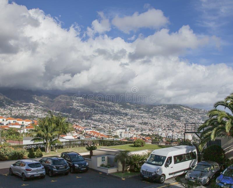 Funchal, Madère, Portugal - un jour ensoleillé et des cieux nuageux photographie stock
