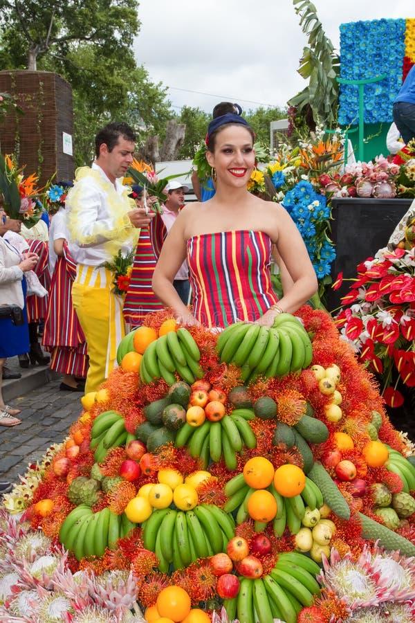 Funchal madeira - April 20, 2015: En ung kvinna i en fruktdräkt i madeirablommafestivalen 2015 royaltyfri bild