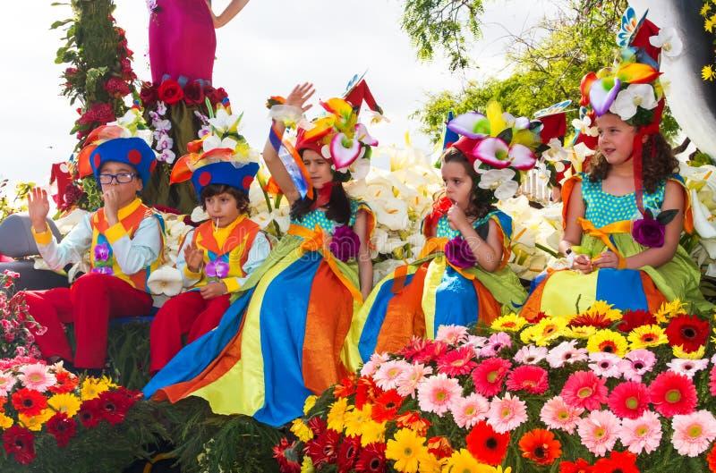 Funchal, Madeira - 20. April 2015: Kinder in den Blumenkostümen am Blumen-Festival führen, Funchal, Madeira, Portugal vor stockfotos