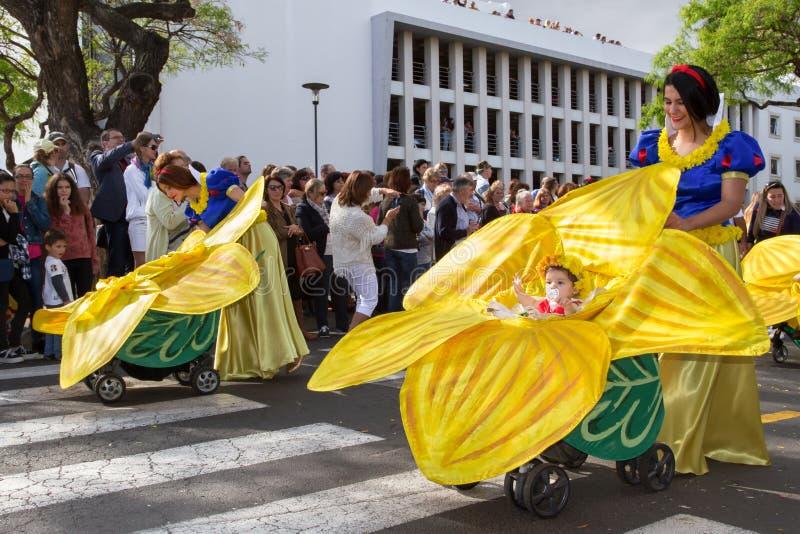 Funchal madeira - April 20, 2015: Mödrar med behandla som ett barn i prams på madeirablommafestivalen, Funchal, madeiran, Portuga royaltyfri foto