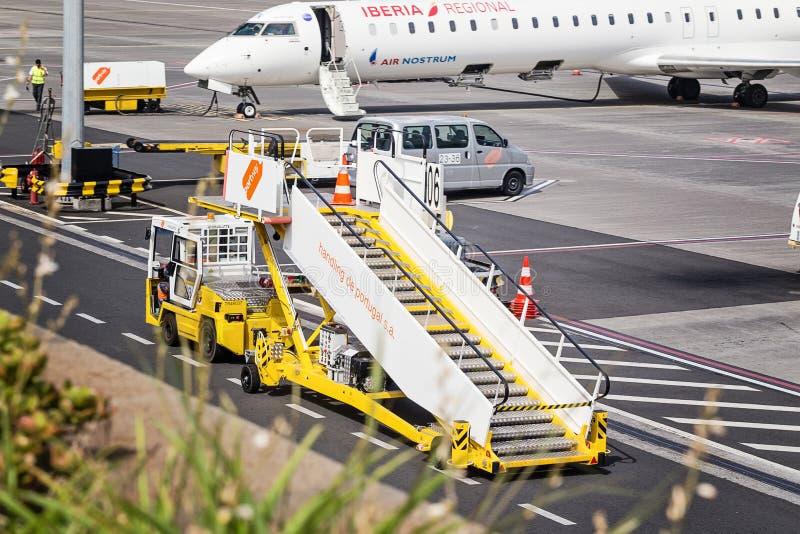 Funchal madeira - Augusti 4, 2018: Utrustning- och flygplatsarbetare på flygfältet royaltyfri bild