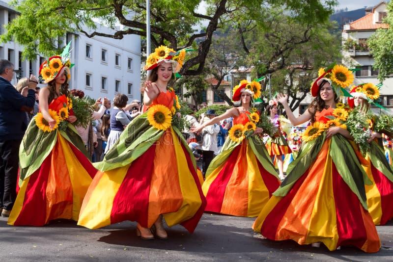 Funchal, Madeira - 20 de abril de 2015: Os dançarinos executam durante da parada da flor na ilha de Madeira, Portugal imagem de stock
