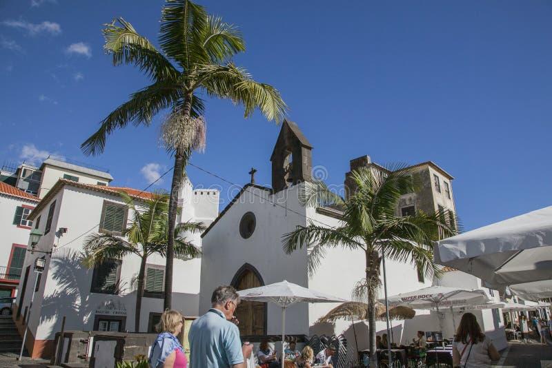 Funchal, Madeira, Portugal - calles de la ciudad vieja; palmeras y cielos azules imagenes de archivo