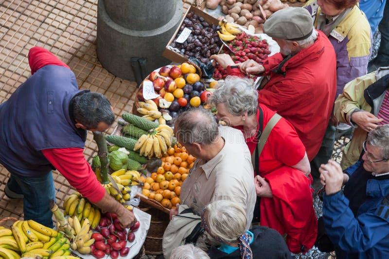 FUNCHAL, MADEIRA/PORTUGAL - 9 DE ABRIL: Apresurar la fruta y el vegetab imagenes de archivo