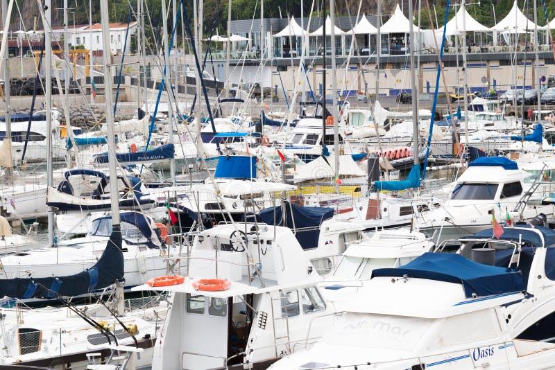 FUNCHAL, MADEIRA, PORTUGAL - 22 DE JULHO DE 2018: Muitos iate e barcos no porto de Funchal foto de stock