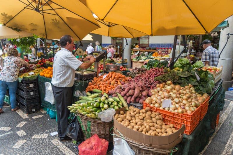 FUNCHAL, MADEIRA, PORTUGAL - 29 DE JUNIO DE 2015: Apresurando el mercado de la fruta y verdura en Funchal Madeira el 29 de junio  imagenes de archivo