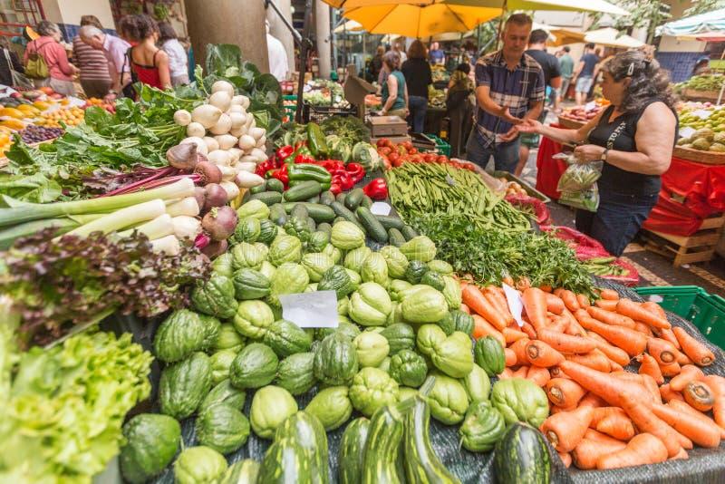 FUNCHAL, MADEIRA, PORTUGAL - 29 DE JUNIO DE 2015: Apresurando el mercado de la fruta y verdura en Funchal Madeira el 29 de junio  fotos de archivo