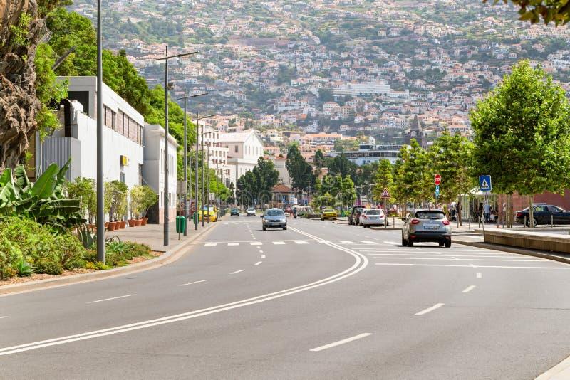 FUNCHAL MADEIRA, PORTUGAL - JULI 22, 2018: Sikt av Funchal från gatan Estrada Monumenral fotografering för bildbyråer