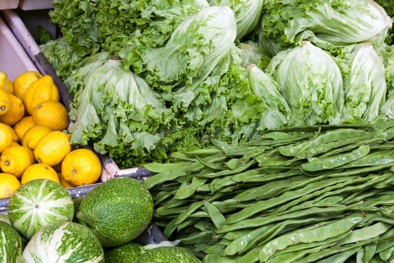 FUNCHAL, MADEIRA/PORTUGAL - KWIECIEŃ 9: Owoc i warzywo rynek zdjęcie royalty free