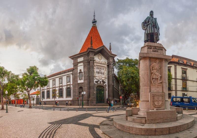 FUNCHAL, MADEIRA/PORTUGAL- LISTOPAD 2: Ulicy dziejowy centrum miasta z sklepami i ludźmi chodzić pokazywać na 2 Listopadzie 201 obraz royalty free
