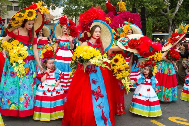 Funchal, madera - Kwiecień 20, 2015: Młode kobiety i dzieci z kolorowymi kwiecistymi kostiumami przy maderą Kwitną festiwal, Func obraz stock