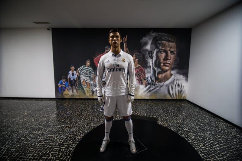 FUNCHAL, MADERA, PORTOGALLO - luglio 2018: La statua di Christiano Ronaldo davanti a CR7 - il museo di Cristiano Ronaldo, Funchal fotografia stock libera da diritti