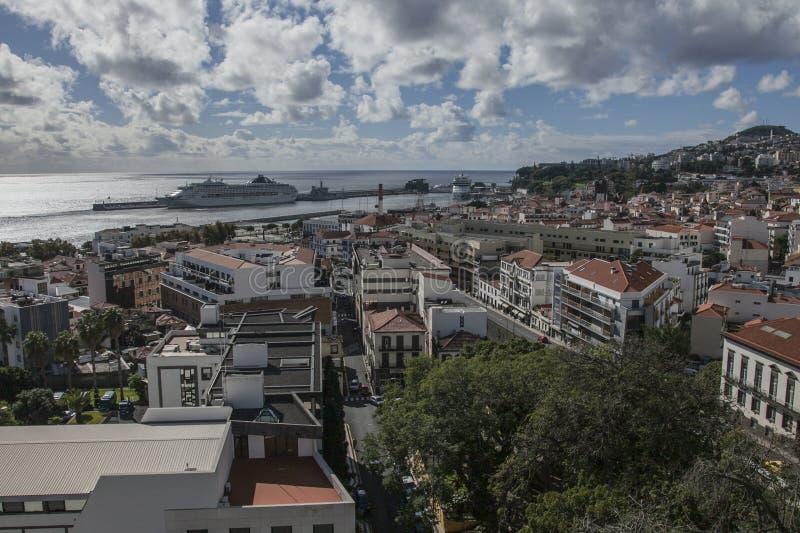 Funchal, Madera, Portugal - de oude stad op een zonnige dag; de oceaan stock foto's