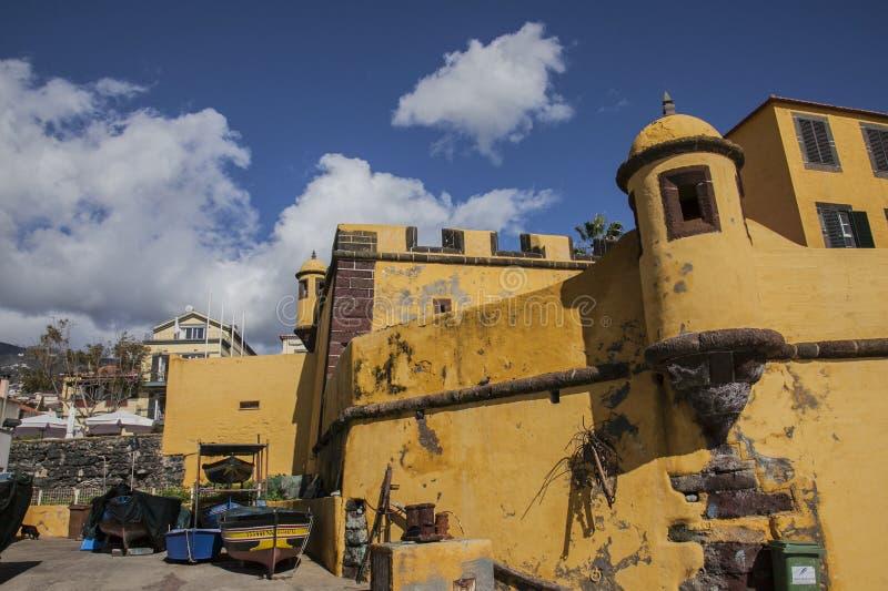 Funchal, Madera, Portugal - geel kasteel stock fotografie
