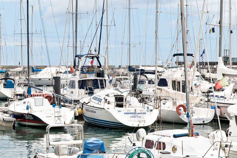 FUNCHAL, MADERA, PORTUGAL - JULI 22, 2018: Vele jachten en boten in de jachthaven van Funchal stock fotografie