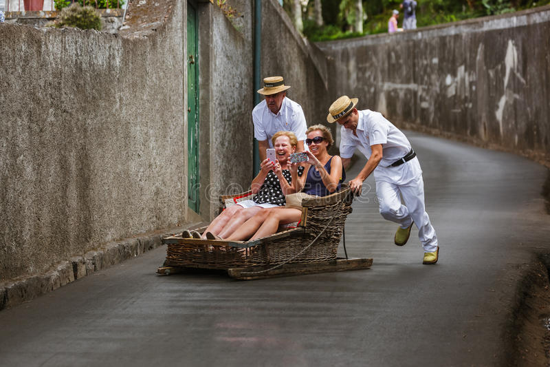 FUNCHAL, MADERA - SEPTEMBER 19: Traditionele bergaf slee tri stock foto's