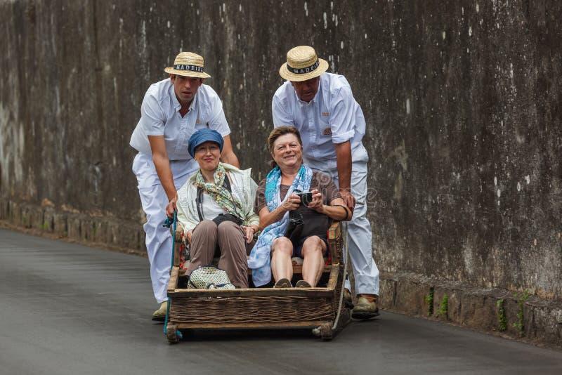 FUNCHAL, MADERA - SEPTEMBER 19: Traditionele bergaf slee tri stock foto