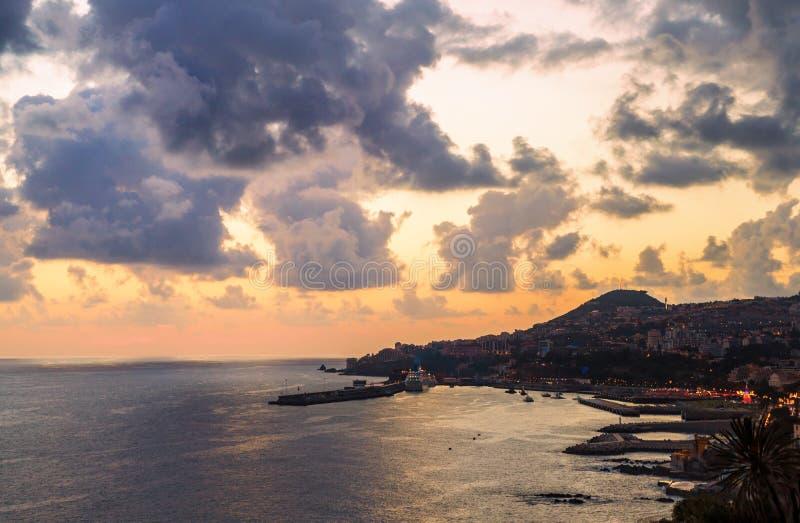 Funchal miasto, widok z lotu ptaka z statku wycieczkowego schronieniem podczas zmierzchu, madery wyspa obrazy royalty free