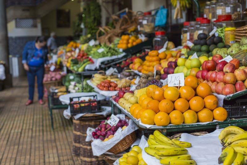 FUNCHAL, PORTUGAL - 25 DE JUNIO: Frutas exóticas frescas en el DOS de Mercado fotos de archivo libres de regalías