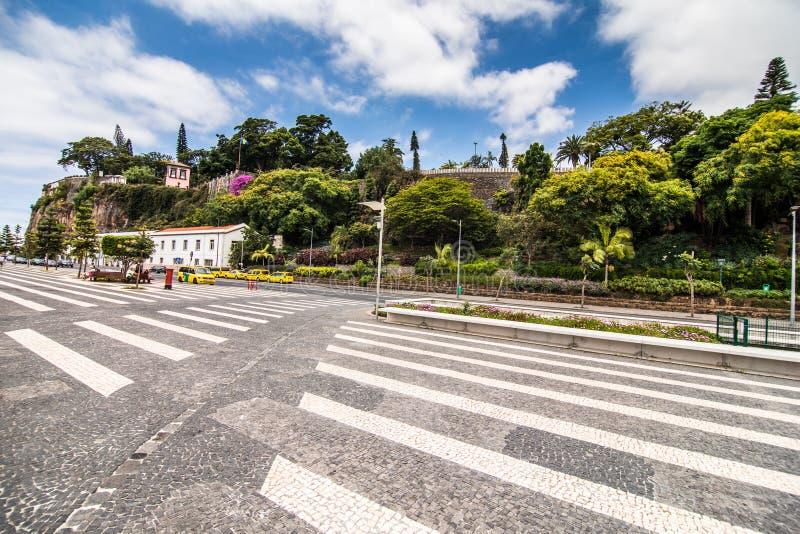 Funchal Portugal - Juli, 2018: Gatasikt av banken av Portugal på madeiraön Madeiran är en sagolik ö i Atlantien arkivbild