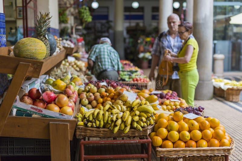 FUNCHAL PORTUGAL - JUNI 25: Nya exotiska frukter i Mercado DOS royaltyfria bilder