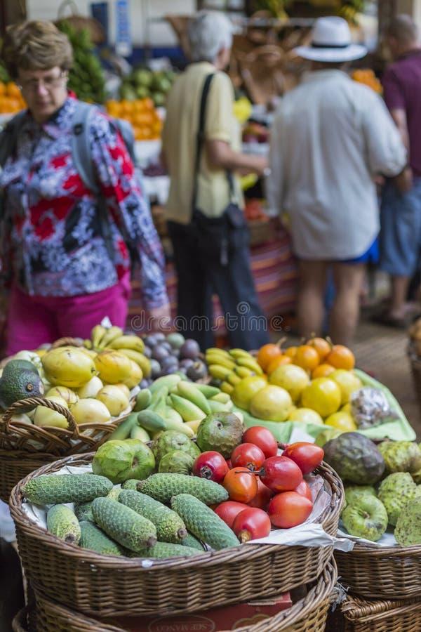 FUNCHAL PORTUGAL - JUNI 25: Nya exotiska frukter i Mercado DOS arkivfoton