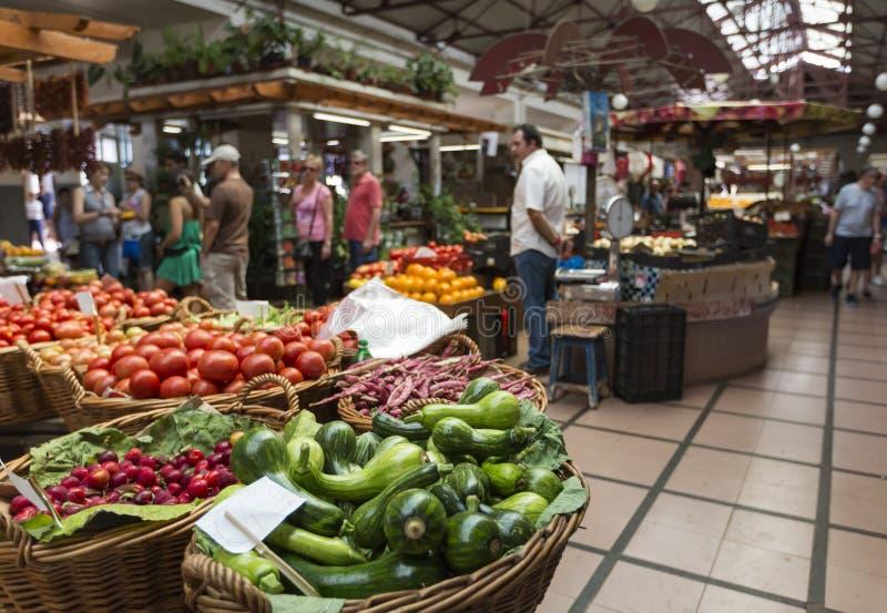 FUNCHAL PORTUGAL - JUNI 25: Nya exotiska frukter i Mercado DOS royaltyfri foto