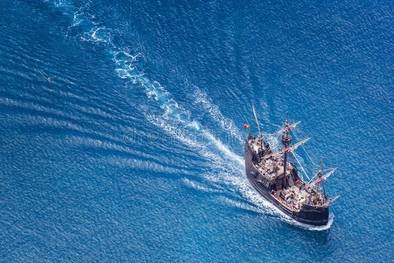 FUNCHAL, PORTUGAL - JUNI 26: Toeristen die een cruise met rep maken stock foto