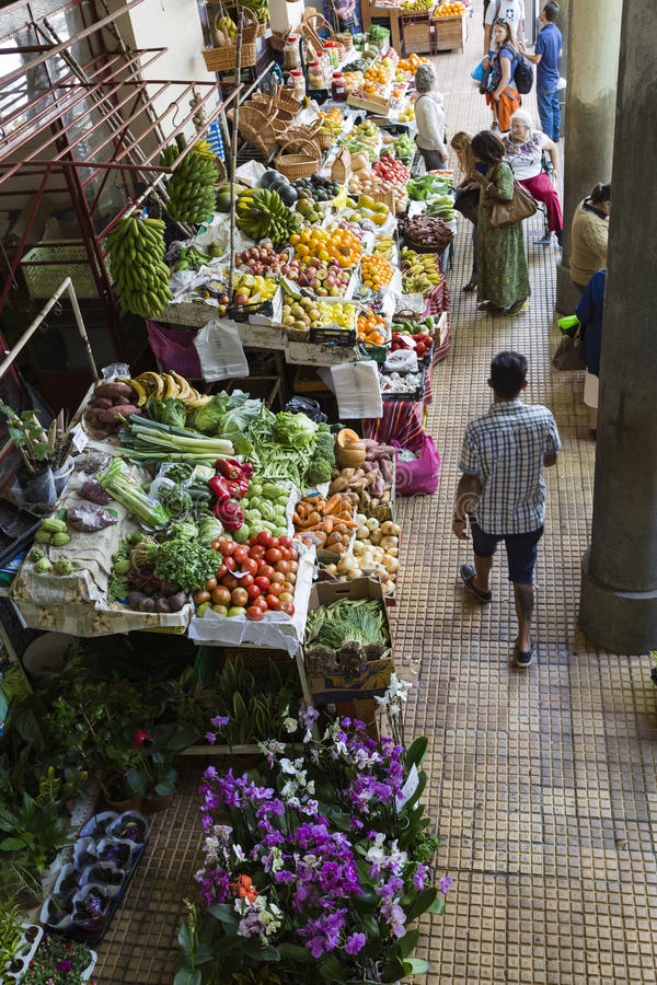 FUNCHAL, PORTUGAL - JUNI 25: Verse exotische vruchten in Mercado-Dos stock fotografie