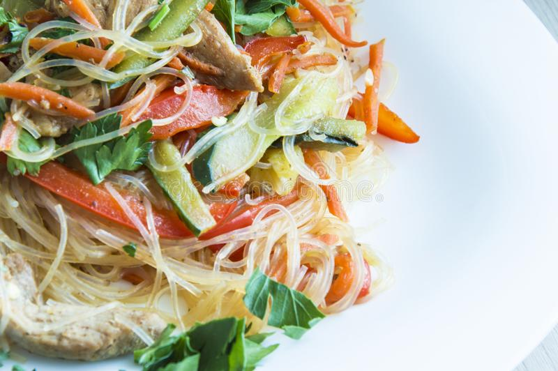 Funchoza sallad med grönsaker och Turkiet kött royaltyfria foton