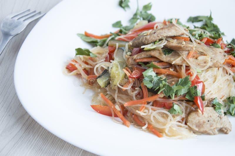 Funchozasalade met groenten en vlees in sojasaus stock afbeeldingen