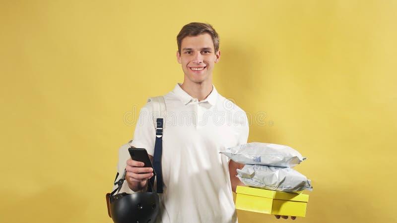 Funcionário do Serviço de Entrega, o carteiro está pronto para entregar ordens on-line para o destino Transportador isolado fotos de stock