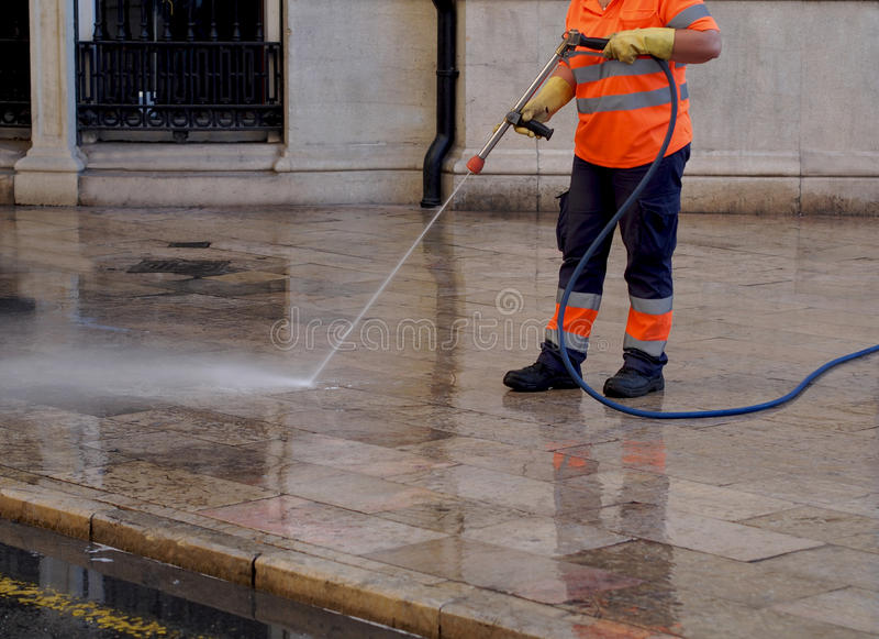 Funcionários camarários - limpeza e lavagem de ruas da cidade imagens de stock royalty free