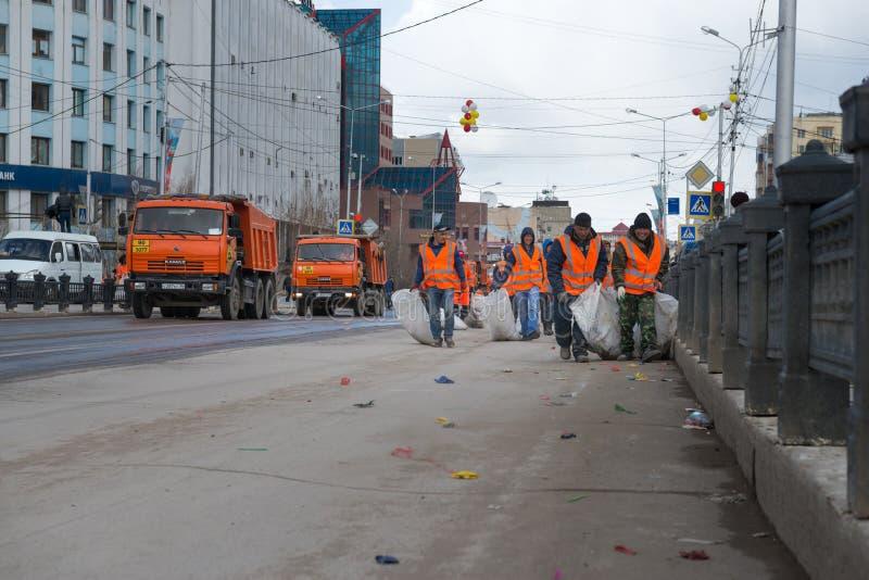 Funcionários camarários que recolhem o lixo no centro da cidade em um dia desagradável imagens de stock