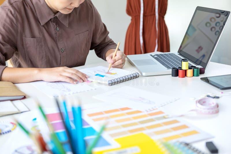 Funcionamento à moda do desenhador de moda como a medida dos desenhadores de moda como imagem de stock