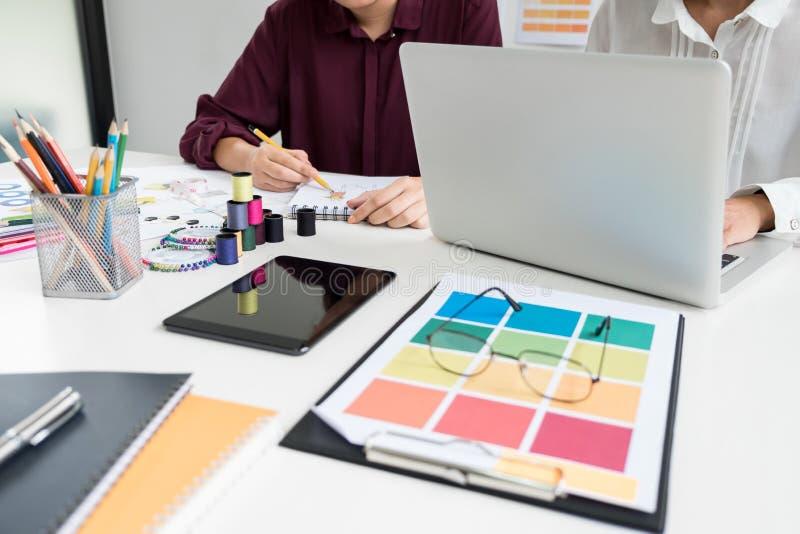 Funcionamento à moda profissional do desenhador de moda dois como o DES da forma fotos de stock royalty free