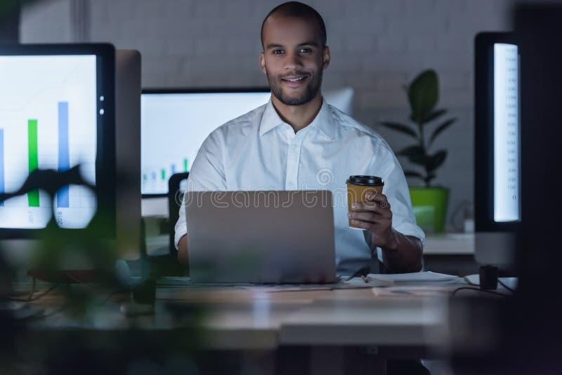 Funcionamento afro-americano do homem de negócios imagens de stock royalty free
