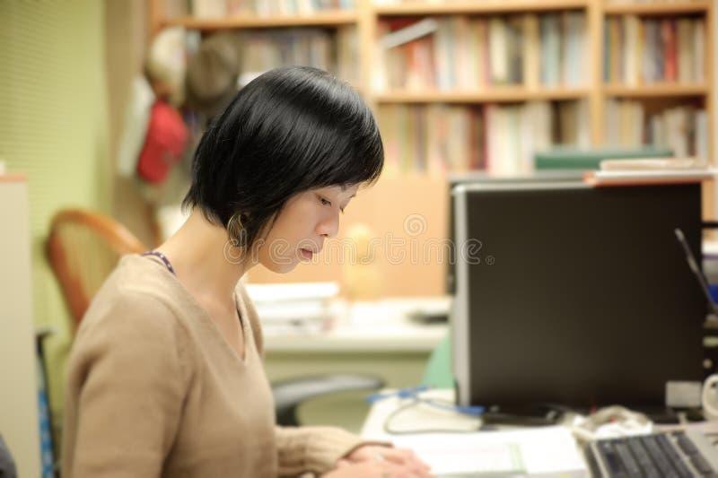 Funcionamento asiático da mulher foto de stock