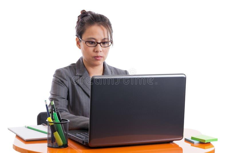 Funcionamento asiático da mulher de negócio fotografia de stock royalty free