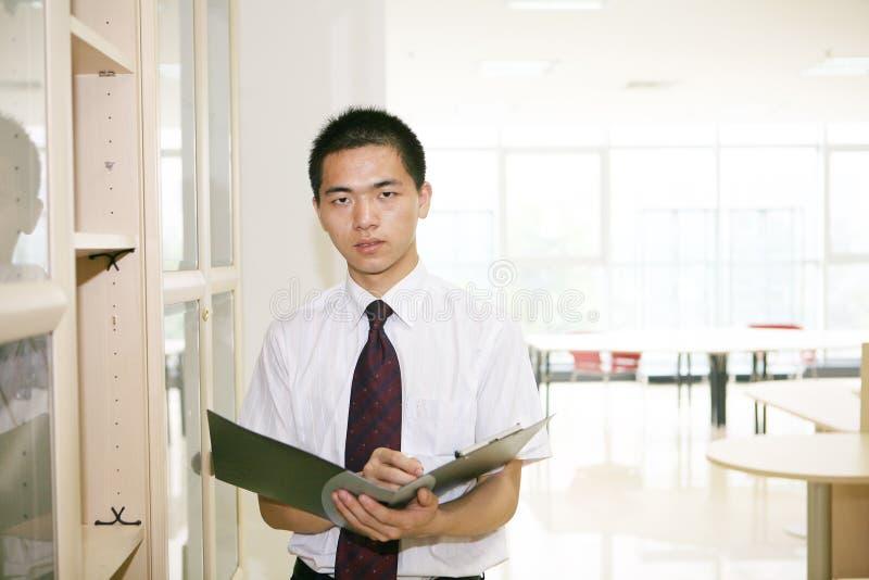 Funcionamento asiático novo no escritório imagem de stock royalty free
