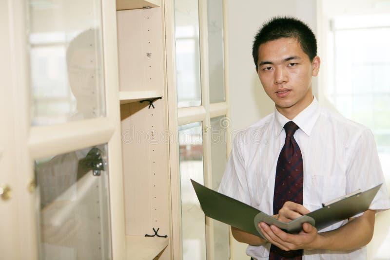 Funcionamento asiático novo no escritório imagens de stock
